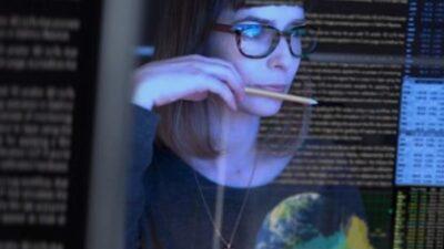 donna che sta programmando